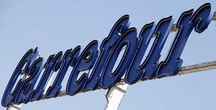 Логотип Carrefour у въезда в гипермаркет в Брив-ла-Гайард 8 июля 2013 года. Carrefour покупает за 2 миллиарда евро ($2,75 миллиарда) 127 магазинов во Франции, Испании и Италии у компании Klepierre, надеясь таким образом восстановить дела в Европе. REUTERS/Regis Duvignau