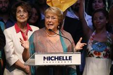Кандидат в президенты Чили Мишель Бачелет выступает с речью после победы в выборах в Сантьяго 15 декабря 2013 года. Мишель Бачелет в воскресенье одержала сокрушительную победу на президентских выборах в Чили, что даст правоцентристам возможность проводить далекоидущие реформы. BREUTERS/Ivan Alvarado