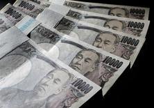 Le budget du Japon pour l'exercice fiscal débutant le 1er avril 2014 battra tous les records à plus de 96.000 milliards de yens, soit 931 milliards de dollars ou 676 milliards d'euros. /Photo d'archives/REUTERS/Yuriko Nakao