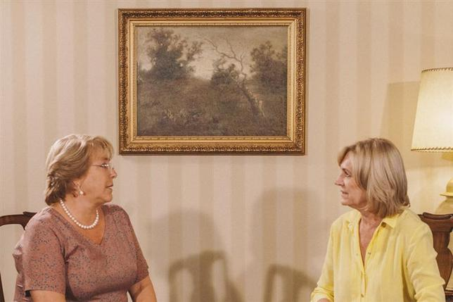 Presidential candidate of the Chilean conservative right-wing bloc Evelyn Matthei (L) speaks with president-elect Michelle Bachelet after conceding her defeat in a second-round presidential election in Santiago December 15, 2013. REUTERS/Bachelet Media Office/Handout via Reuters