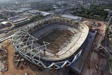Vista da construção do estádio Arena da Amazônia, em Manaus. A Justiça trabalhista determinou a paralisação parcial da obra de construção da Arena da Amazônia, em Manaus, após a morte de um trabalhador que caiu da cobertura do estádio, causando preocupação com a segurança dos trabalhadores no estádio que está sendo erguido para a Copa do Mundo de 2014. 07/10/2013. REUTERS/Bruno Kelly
