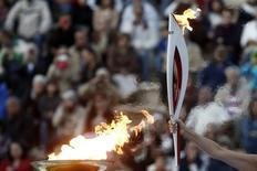 Atriz grega Ino Menegaki, no papel de um alto sarcedote, ergue a tocha olímpica dos jogos de Sochi 2014 durante cerimônia de recebimento, no estádio Panathenean, em Atenas. Um homem morreu de ataque cardíaco após carregar a tocha olímpica durante o revezamento para a Olimpíada de Inverno de 2014, que será realizada na cidade russa de Sochi em fevereiro, disse uma autoridade nesta segunda-feira. 5/10/2013. REUTERS/Yorgos Karahalis