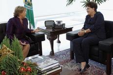 Presidente Dilma Rousseff conversa com Michelle Bachelet, então diretora-executiva da ONU Mulheres, durante cerimônia no Palácio do Planalto, em Brasília. Dilma parabenizou nesta segunda-feira a presidente eleita do Chile, Michelle Bachelet, pela vitória na eleição de domingo, e afirmou que a mudança no governo chileno vai ampliar as relações entre os dois países. 15/12/2011 REUTERS/Ueslei Marcelino
