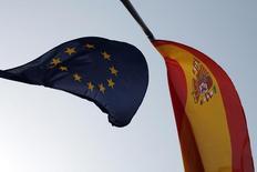 Bandeiras da União Europeia e da Espanha ao vento na cidade de Ronda. Bancos espanhóis enfrentarão desafios de lucratividade nos próximos anos com a oferta de crédito diminuindo ainda mais e os preços no mercado imobiliário mantendo-se em queda, disseram a Comissão Europeia e o Fundo Monetário Internacional nesta segunda-feira. 11/07/2013 REUTERS/Jon Nazca