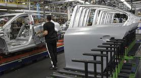 General Motors compte investir près de 1,3 milliard de dollars (945 millions d'euros) dans cinq usines situées dans le Michigan, en Ohio et en Indiana, lesquelles emploient autour de 7.500 personnes. /Photo d'archives/REUTERS/Aaron Josefczyk