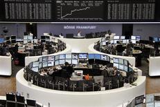 Un grupo de operadores en sus puestos de trabajo en la bolsa de comercio de Fráncfort, dic 16 2013. Las acciones europeas rebotaron el lunes después de cuatro sesiones consecutivas de pérdidas lideradas por un alza de los títulos en Alemania que ayudó a compensar las preocupaciones sobre el futuro de los estímulos monetarios en Estados Unidos. REUTERS/Remote/Stringer