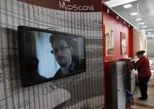 """Répétition du titre de la photo. La Maison blanche a rejeté l'hypothèse d'une amnistie d'Edward Snowden, l'informaticien à l'origine des révélations sur l'ampleur des programmes américains de surveillance, au lendemain de propos ambigus d'un responsable de l'Agence de sécurité nationale (NSA)qui disait avoir envisagé d'avoir une """"conversation"""" avec l'informaticien pour tirer les leçons de l'affaire. /Photo prise le 26 juin 2013/REUTERS/Sergei Karpukhin"""