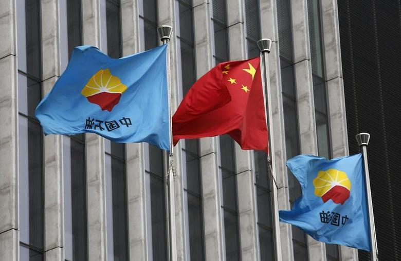 A Chinese national flag flutters between PetroChina's flags at PetroChina's headquarters in Beijing August 28, 2013. REUTERS/Kim Kyung-Hoon