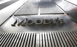 Un letrero de Moody's aparece en el 7 World Trade Center, el cuartel general corporativo de la compañía en Nueva York. 6 de febrero, 2013. Moody's Investors Service rebajó la calificación crediticia soberana de Venezuela y advirtió que podría recortarla nuevamente debido a lo que considera como el creciente riesgo de un colapso financiero y económico en el país. REUTERS/Brendan McDermid (ESTADOS UNIDOS - NEGOCIOS)