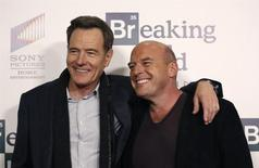 "Los miembros del elenco de Breaking Bad Bryan Cranston (en la foto a la izquierda) y Dean Norris posan en el estreno del documental ""No Half Measures: Creating the Final Season of Breaking Bad"" en The Grove en Los Angeles, California. 25 de noviembre, 2013. El servicio de video Netflix aseguró los derechos para hacer nuevos episodios de la producción derivada de la serie de televisión ""Breaking Bad"", disponible en unos días para clientes de América Latina y Europa a partir del 2014, dijo la compañía. REUTERS/Mario Anzuoni (ESTADOS UNIDOS - ENTRETENIMIENTO)"
