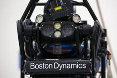 """Человекоподобный робот """"Атлас"""", разрабатываемый Boston Dynamics, на презентации в Гонконге 17 октября 2013 года. Четырехногий """"Большой пёс"""", легко взбирающийся на холмы, и способный обогнать любого человека """"Гепард"""" - таков далеко не полный список роботов, которыми теперь владеет Google Inc. REUTERS/Tyrone Siu"""