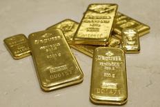 Слитки золота в хранилище трейдера Degussa в Цюрихе 19 апреля 2013 года. Цены на золото малоподвижны, пока инвесторы волнуются о сокращении стимулов ФРС накануне объявления итогов совещания центробанка. REUTERS/Arnd Wiegmann