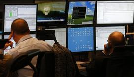 Трейдеры на бирже во Франкфурте-на-Майне 27 ноября 2013 года. Европейские акции снижаются накануне объявления итогов совещания ФРС, в ходе которого американский центробанк может принять решение о сокращении стимулов. REUTERS/Kai Pfaffenbach