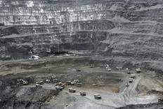 Вид на золотой рудник Кумтор в Киргизии, расположенный на высоте около 4.000 метров в горах Тянь-Шаня. Фото от 31 мая 2011 года. Канадская золотодобывающая Centerra Gold готова подать арбитражный иск против Киргизии, если не cможет договориться с её правительством о судьбе крупнейшего золотого рудника Кумтор, сказал Рейтер гендиректор Centerra. REUTERS/Vladimir Pirogov