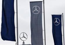 Logotipos da Mercedes-Benz vistos na então recém-inaugurada fábrica da Daimler em Kecskemet, próximo a Budapeste. A divisão Mercedes-Benz, da Daimler, levará a produção a um novo recorde este ano, conforme as fábricas na Alemanha fazem turnos extras para atender uma forte demanda por novos modelos compactos e também o reformulado carro-chefe da marca, o sedan Classe S. 02/03/2012 REUTERS/Bernadett Szabo