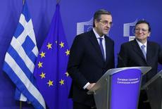 O primeiro-ministro grego, Antonis Samara (à esquerda) e o presidente da Comissão Europeia, José Manuel Barroso (à direita), em uma coletiva de imprensa na sede da Comissão da UE em Bruxelas. A zona do euro vai injetar na Grécia 1 bilhão de euros nesta semana dentro do programa de resgate internacional, afirmou nesta terça-feira o chefe do Eurogroup. 04/12/2013 REUTERS/Yves Herman
