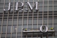 Unos trabajadores en una sucursal del banco de inversiones JPMorgan en Canary Wharf en Londres, dic 21 2011. JP Morgan Chase y Deutsche Bank prohibirán el uso de salas de chat entre varios operadores, dijeron a Reuters fuentes con conocimiento de los planes, en momentos en que los bancos toman enérgicas medidas sobre comunicaciones inapropiadas del personal tras una serie de escándalos. REUTERS/Finbarr O'Reilly
