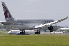 Les compagnies du Golfe - Emirates, Etihad et Qatar Airways-, qui sont vues comme des menaces par leurs concurrentes européennes en difficulté, se défendent mardi en faisant valoir que leur développement permet d'attirer une nouvelle clientèle en France, notamment à Lyon. /Photo prise le 16 juin 2013/REUTERS/Pascal Rossignol