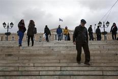Unas personas caminan hacia la planta Syntagma, ubicada frente al Parlamento en Atenas, dic 17 2013. La zona euro enviará esta semana a Grecia 1.000 millones de euros (1.400 millones de dólares) como parte de su rescate internacional, dijo el martes el titular del Eurogrupo. REUTERS/Yorgos Karahalis