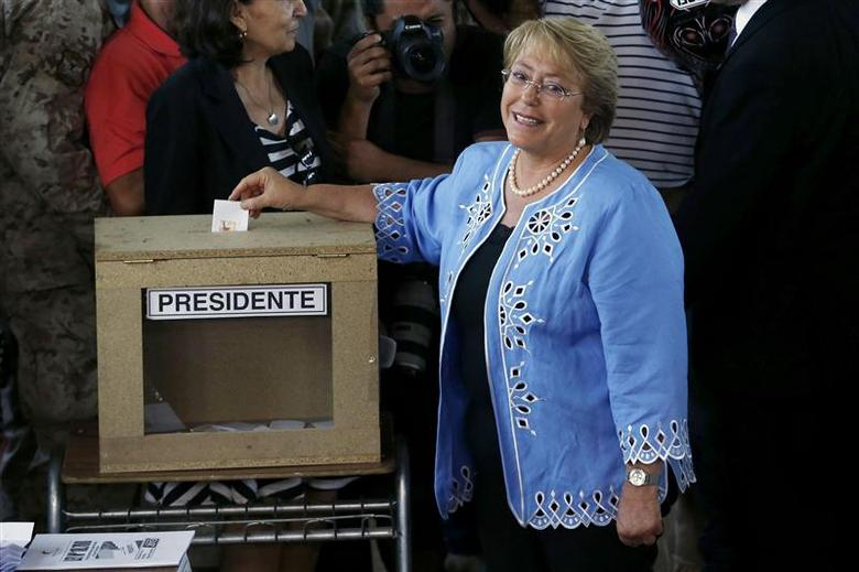 Chilean presidential candidate Michelle Bachelet casts her ballot during the presidential election in Santiago December 15, 2013. REUTERS/Ivan Alvarado