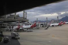 Aeronaves fotografadas no aeroporto de Galeão no Rio de Janeiro. O Sindicato Nacional dos Aeronautas (SNA) decidiu iniciar uma greve por tempo indeterminado às 6 horas do dia 20 de dezembro, justamente em um dos períodos do ano de maior movimento nos aeroportos do país. 22/11/2013 REUTERS/Ricardo Moraes