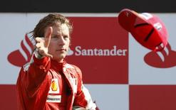 Ferrari Formula One driver Kimi Raikkonen of Finland throws his hat to the crowd after getting the third place in the Italian F1 Grand Prix in Monza September 13, 2009. REUTERS/Max Rossi