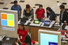 El miembro del directorio que lidera la búsqueda de un nuevo presidente ejecutivo para Microsoft dijo el martes que prevé un nombramiento a principios del próximo año, la primera vez que la empresa hace una mención tan específica sobre un espacio de tiempo. En la foto de archivo, compradores estadounidenses miran productos de Microsoft en una tienda en Glendale, California. Nov 29, 2013. REUTERS/Jonathan Alcorn