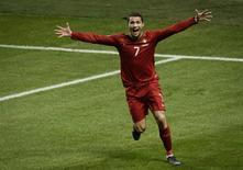 Cristiano Ronaldo comemora gol de Portugal contra a Suécia, em 19 de novembro. Nesta terça-fera, a seleção portuguesa anunciou que sua base na Copa do Mundo de 2014 será em Campinas (SP). REUTERS/Pontus Lundahl