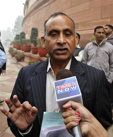 Uttam Khobragade, father of Devyani Khobragade, India's deputy consul general in New York, speaks with the media after meeting India's Home Minister Sushil Kumar Shinde in New Delhi December 17, 2013. REUTERS/Stringer