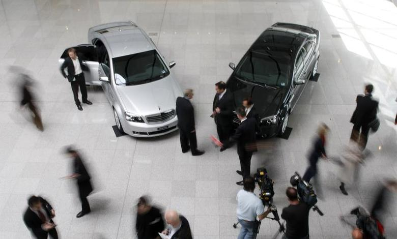 Two new General Motors Holden Veritas sit in a showroom in Melbourne September 5, 2008. REUTERS/Mick Tsikas