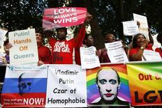 Люди протестуют против политики России в отношении геев в Лондоне 3 сентября 2013 года. США включили бывшую звезду тенниса Билли Джин Кинг, одну из первых спортсменок, открыто заявивших о своей гомосексуальности, в состав американской официальной делегации на зимней Олимпиаде в России, чья политика в отношении геев воспринята на Западе как ущемление прав человека. REUTERS/Andrew Winning