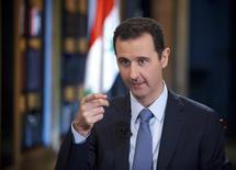 Сирийский президент Башар Асад дает интервью турецкому телеканалу Halk TV в Дамаске, фотография предоставлена агентством SANA 4 октября 2013 года. Западные страны дали понять сирийской оппозиции, что запланированные на январь мирные переговоры могут оставить алавитское меньшинство, к которому принадлежит президент Башар Асад, основой любой переходной администрации, утверждают оппозиционные источники. REUTERS/SANA/Handout via Reuters