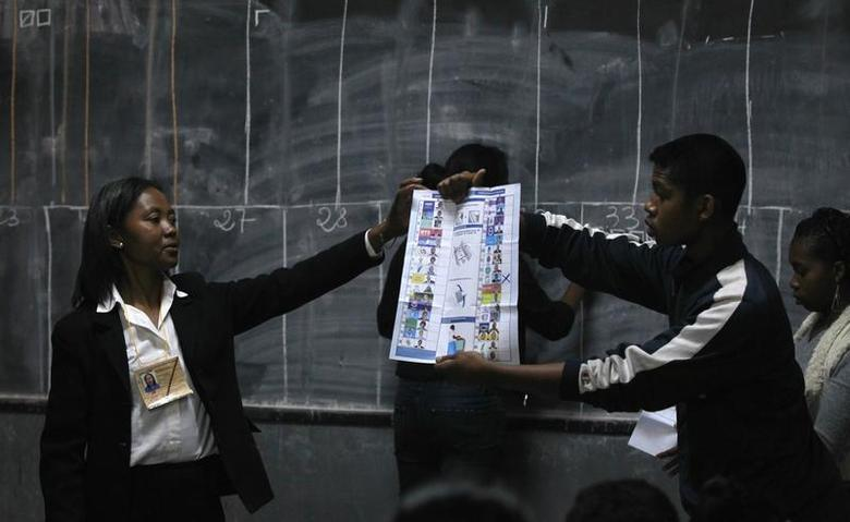Electoral officials count cast votes at a polling centre in the capital Antananarivo, October 25, 2013. REUTERS/Thomas Mukoya
