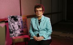 """Ex-tenista dos EUA Billie Jean King durante entrevista em Beverly Hills, Califórnia. Os Estados Unidos anunciaram que a Billie Jean King, uma das primeiras atletas de destaque a assumir publicamente sua homossexualidade, participará da delegação norte-americana na Olimpíada de Inverno de 2014 em Sochi, evento que tem sido marcado pela controversa política da Rússia contra a """"apologia à homossexualidade"""". 6/08/2013. REUTERS/Mario Anzuoni"""