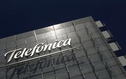 Logo da gigante de telecomunicações espanhola Telefónica é fotografado na sede da empresa em Madrid. O Conselho Administrativo de Defesa Econômica (Cade) deu à Telefónica um prazo de 18 meses para se adequar à ordem de reduzir seu controle sobre o mercado de telefonia móvel no Brasil, disseram fontes, tempo que pode ajudar o grupo espanhol a afastar uma oposição crescente à sua estratégia. 29/07/2010. REUTERS/Susana Vera