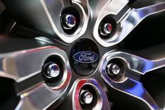 Ford Motor anticipe une année 2013 exceptionnelle mais il prévoit une baisse de son bénéfice imposable l'année suivante. /Photo prise le 20 novembre 2013/REUTERS/Mike Blake