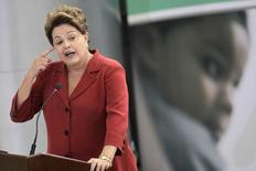 Presidente Dilma Rousseff durante cerimônia em que sancionou a lei sobre o programa Mais Médicos, no Palácio do Planalto, em Brasília. Dilma afirmou nesta quarta-feira que o governo ainda fará uma avaliação para ver qual será a meta de superávit primário para 2014. 22/10/2013. REUTERS/Ueslei Marcelino