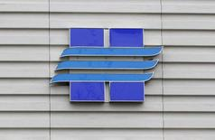 Логотип Новатэка на офисе продаж компании в Москве 16 сентября 2012 года. Крупнейший частный производитель газа в РФ Новатэк оценивает общую сумму инвестиций в проект по сжижению газа на Ямале в $26,9 миллиарда, сообщила компания в среду. REUTERS/Maxim Shemetov