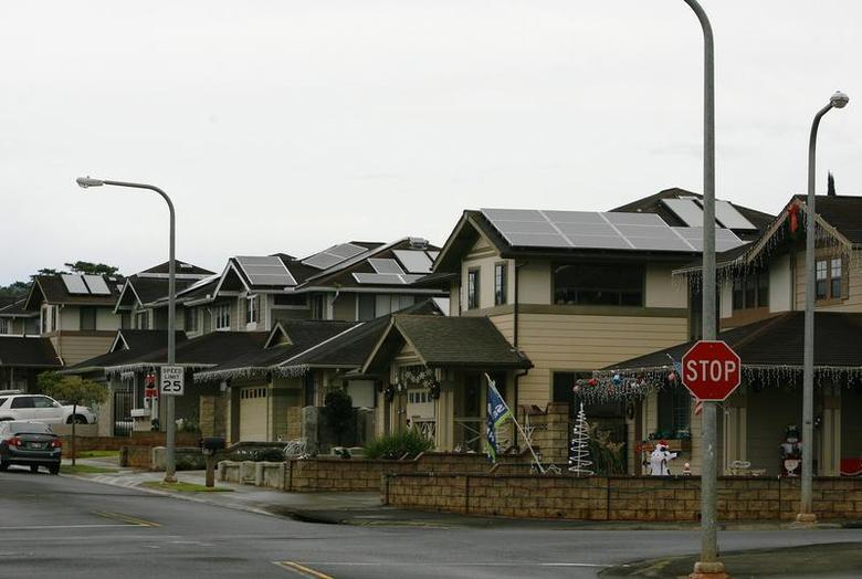 A view of houses with solar panels in the Mililani neighbourhood on the island of Oahu in Mililani, Hawaii, December 15, 2013. REUTERS/Hugh Gentry