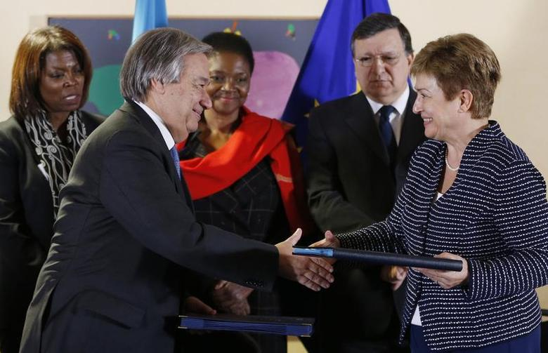U.N. High Commissioner for Refugees (UNHCR) Antonio Guterres shakes hands with European Commissioner for International Cooperation, Humanitarian Aid and Crisis Response Kristalina Georgieva (front R) after signing contracts between the European Union and the United Nations on humanitarian support to Syria, in Brussels December 18, 2013. REUTERS/Francois Lenoir