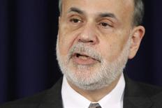 El presidente de la Reserva Federal de Estados Unidos, Ben Bernanke, inicia su última conferencia de prensa antes de dejar su cargo, en la sede central del Banco de la Reserva Federal en Washington. 18 de diciembre, 2013. La Fed anunció su decisión de recortar el agresivo programa de compra de bonos, pero buscó calmar el temor a que la medida debilite la economía sugiriendo que la tasa clave de interés se mantendrá baja por más tiempo de lo que había prometido. REUTERS/Jonathan Ernst (ESTADOS UNIDOS - POLITICA NEGOCIO)