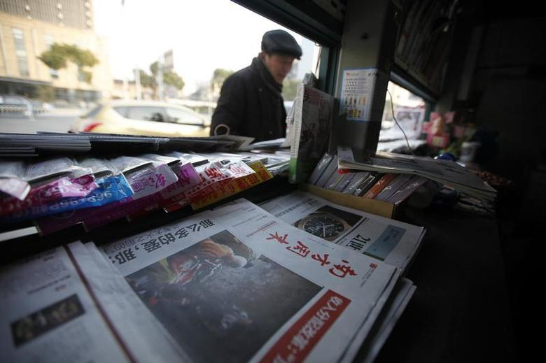 A stack of the Southern Weekly is left on display at a newsstand in Changzhou, Jiangsu province January 10, 2013. REUTERS/Aly Song