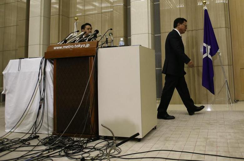Tokyo Governor Naoki Inose (R) leaves a news conference at Tokyo Metropolitan Government Office in Tokyo December 19, 2013. REUTERS/Issei Kato