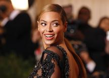 Певица Бейонсе на выставке в Метрополитен-музее в Нью-Йорке 7 мая 2012 года. Последний альбом звезды R&B Бейонсе, названный ее же именем, за шесть дней был распродан тиражом в 1 миллион копий, установив рекорд по продажам в медиатеке iTunes, где он пока продается эксклюзивно, сообщили Apple Inc и Columbia Records. REUTERS/Lucas Jackson
