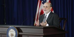 Le président de la Fed, Ben Bernanke. La Réserve fédérale américaine va ralentir son programme de rachats d'actifs mais a compensé l'annonce de cette mesure attendue de longue date en laissant entendre qu'elle maintiendrait ses taux directeurs à un bas niveau pendant une période plus longue qu'elle ne s'y était précédemment engagée. /Photo prise le 18 décembre 2013/REUTERS/Jonathan Ernst