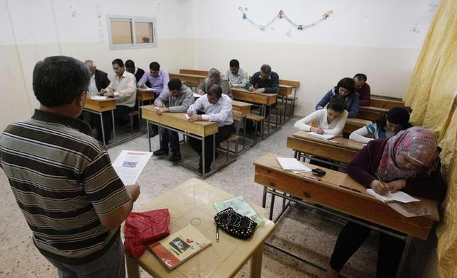 Syrian Kurds practise reading the Kurdish language at a school in Derik, Al-Hasakah October 31, 2012. REUTERS/Thaier al-Sudani