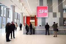SFR, filiale de Vivendi, s'est aligné sur ses principaux concurrents en annonçant jeudi l'intégration de la 4G dans un nouveau forfait de sa gamme de téléphonie mobile à bas coût RED, à 25,99 euros par mois. /Photo prise le 13 décembre 2013/REUTERS/Benoît Tessier