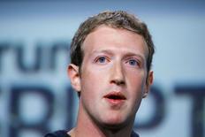Основатель и глава Facebook Inc Марк Цукерберг выступает на мероприятии в Сан-Франциско 11 сентября 2013 года. Основатель и глава Facebook Inc Марк Цукерберг продаст 41,4 миллиона акций социальной сети на сумму около $2,3 миллиарда, чтобы заплатить налоги. REUTERS/Stephen Lam