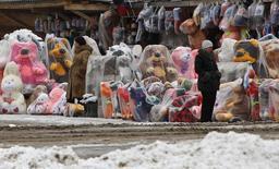 Женщины продают игрушки на обочине дороги в Подмосковье 30 марта 2012 года. Российская экономика вновь притормозила в ноябре после небольшого оживления месяцем ранее и вопреки сильному росту расходов населения, который не смог компенсировать спад инвестиционного спроса, сообщило Минэкономики, оценив 2013-й как год упущенных возможностей. REUTERS/Maxim Shemetov