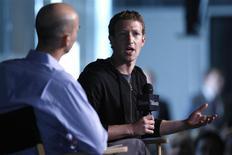 El presidente ejecutivo de Facebook, Mark Zuckerberg (a la derecha), durante una entrevista con James Bennet, de la Atlantic Magazine, en Washington, sep 18 2013. El fundador y presidente ejecutivo de Facebook Inc, Mark Zuckerberg, venderá 41,4 millones de acciones de la empresa por un valor cercano a los 2.300 millones de dólares para pagar una cuenta de impuestos, como parte de una oferta de 70 millones de títulos comunes Clase A de la red social. REUTERS/Jonathan Ernst